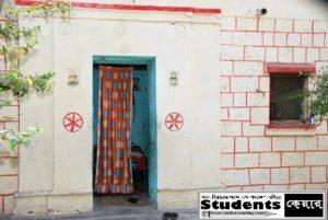 বাড়ির দরজার সামনে শুধুমাত্র একটি পর্দা ঝোলানো রয়েছে। ভারতের এই গ্রামের ঘর বাড়িতে নেই কোনো 'দরজা'