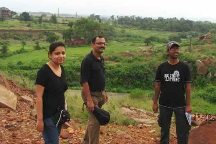 ওডিশার চম্পুয়ায়। (বাঁ দিক থেকে) ত্রিস্রোতা চৌধুরী ও রজত মজুমদার।