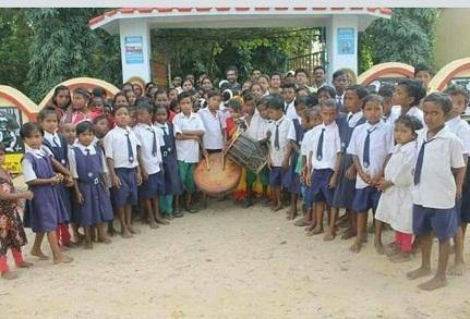 বিদ্যালয়ের মূল ফটকের সামনে বিদ্যালয়ের সকল ছাত্র-ছাত্রীরা